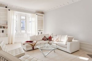 salon-moderne-blanc-cassé-conception-accents-rouges